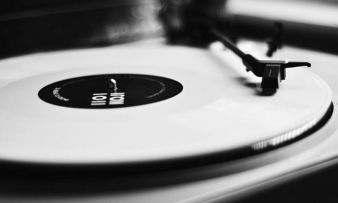 record-vinyl-CD-classic-close-up-player-photo-hd-wallpaper-694x417